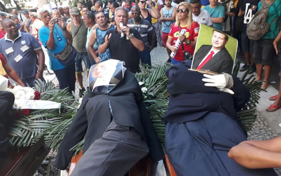 Manifestantes colocaram bonecos representando o presidente Michel Temer e o ministro Gilberto Kassab em cima de caixões (Foto: Dayene Santos / G1)
