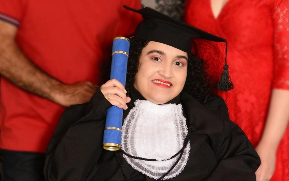 Estudante com paralisa supera barreiras e se forma em letras em Orlândia (SP) — Foto: Andresa Jerônimo/Acervo pessoal