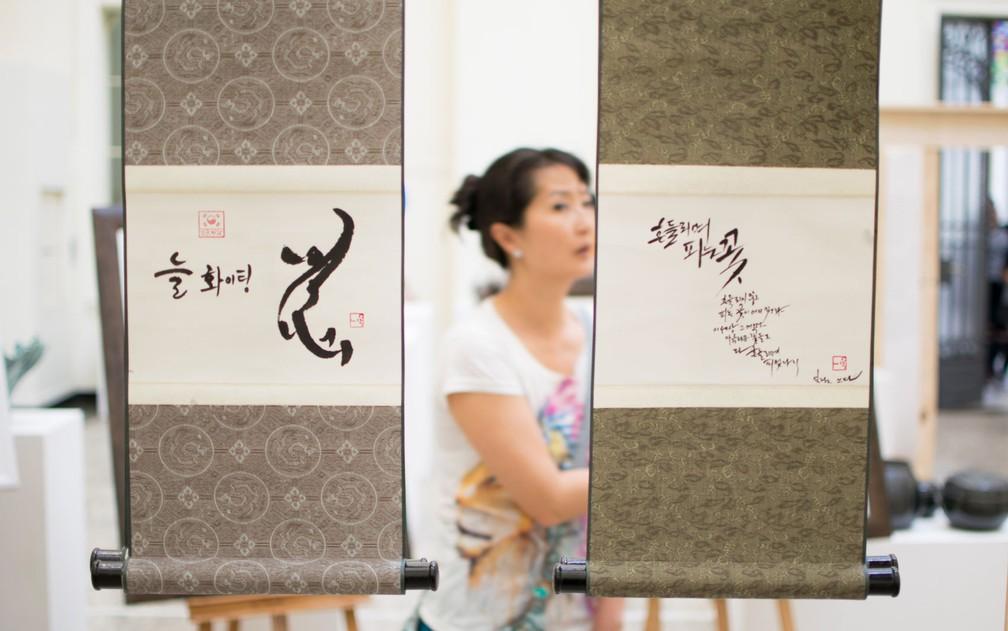 Visitante observa exposição no festival de cultura coreana (Foto: Elizabeth Paik/Futura Press/Estadão Conteúdo)