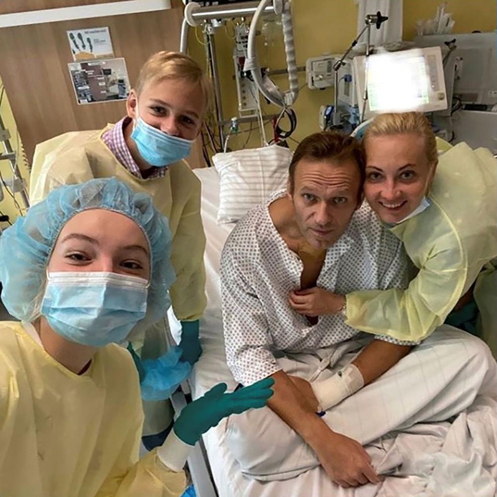 Alexei Navalny posa para foto com sua família em hospital em Berlim, onde ficou 32 dias internado — Foto: Reprodução/Instagram via Reuters