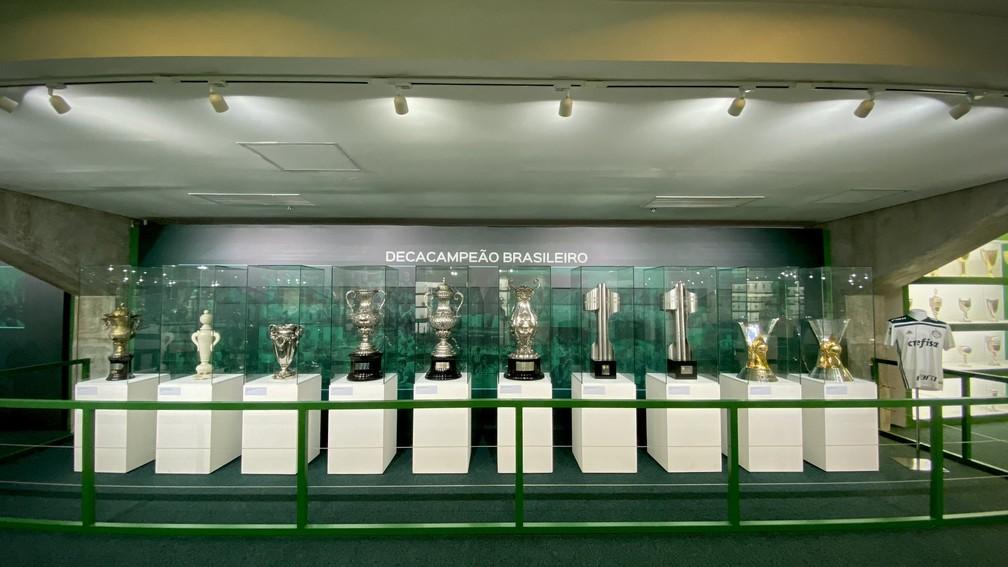 Taças de campeão brasileiro do Palmeiras na sala de troféus — Foto: Palmeiras