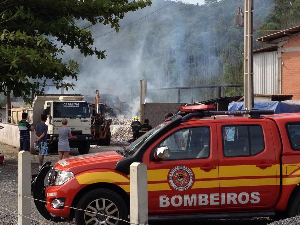 Incêndio teria sido provocado pela soldagem de uma chapa (Foto: Eduardo Cristófoli/NSC TV)