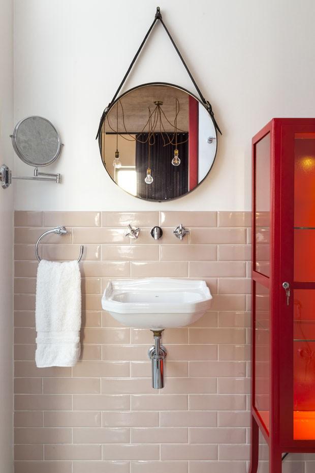 Cortinas vermelhas e vidros separam ambientes em apartamento industrial (Foto: Ricardo Jaeger/Divulgação)