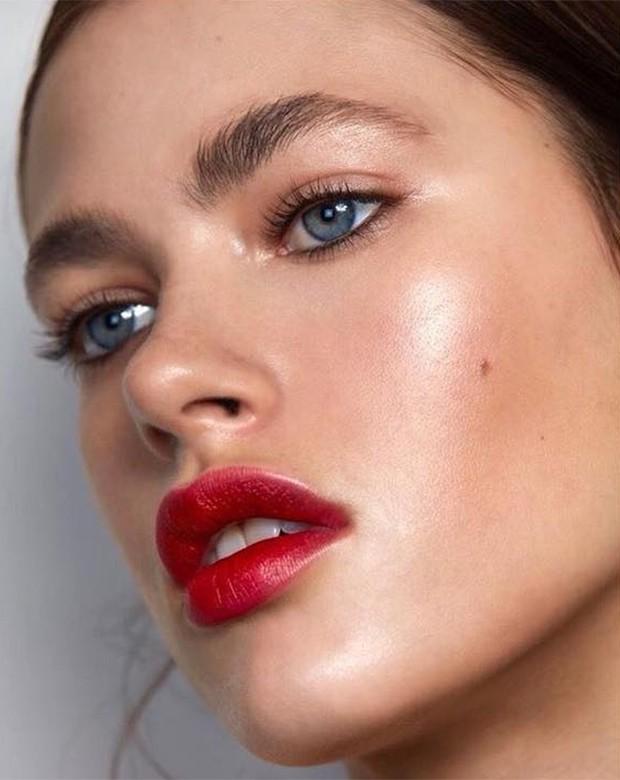 Quer um look fresh e com a cara do verão? Invista no combo iluminador + sombra cremosa.  (Foto: Instagram / Liceu de Maquiagem)