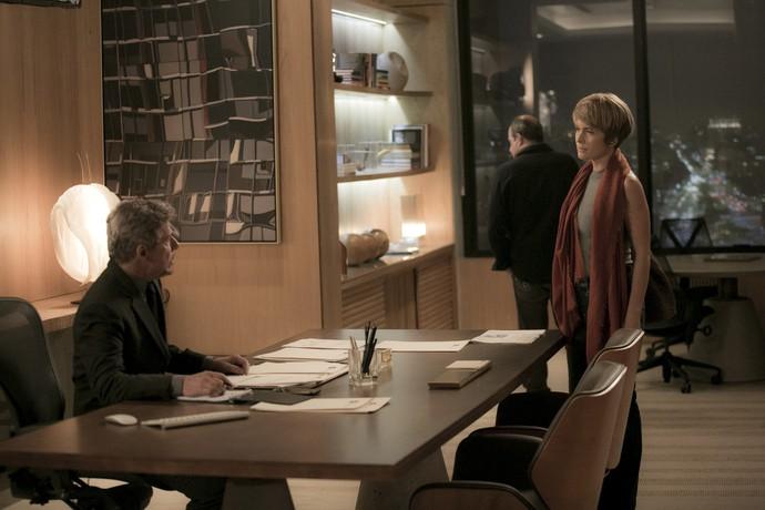 Helô escuta conversa de Tião com Valdir (Foto: Raphael Dias/Gshow)