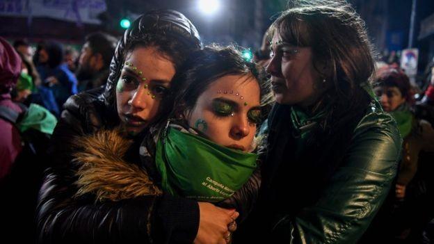 Na Argentina, aborto é crime, assim como no Brasil. A América Latina está entre as regiões com legislações mais duras em relação ao aborto, juntamente com a África e o Oriente Médio (Foto: EITAN ABRAMOVICH via BBC)