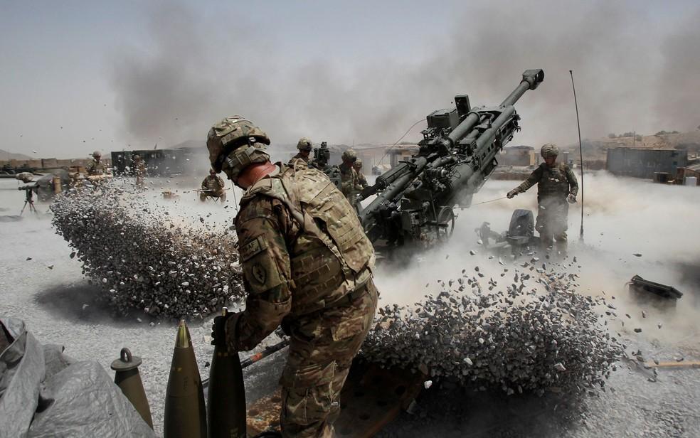 Soldados americanos disparam um obus em base no distrito de Panjwai, na província de Candaar, no Afeganistão, em foto de 12 de junho de 2011 (Foto: Reuters/Baz Ratner/File Photo)