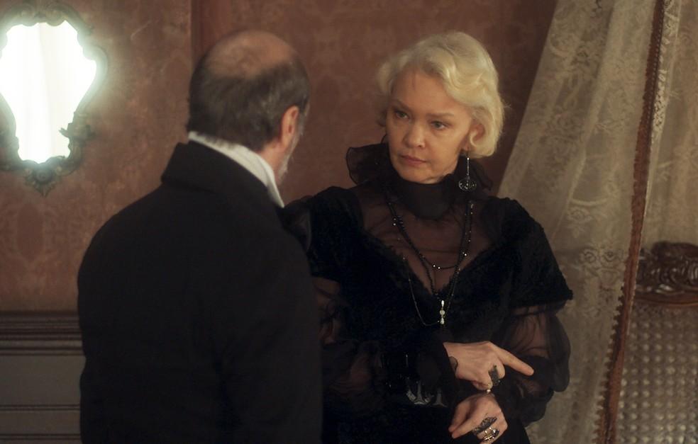 Schultz (Ruben Gabirra) confronta Greta (Julia Lemmertz) sobre envenenamento de Wolfgang (Jonas Bloch), em 'Novo Mundo' — Foto: TV Globo