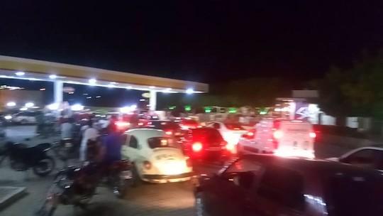 Motoristas de Salgueiro enfrentam longas filas para conseguir abastecer