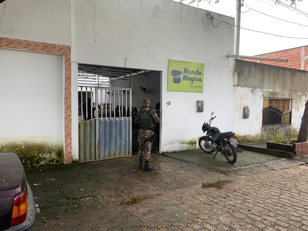 Evento com criadores de pássaros foi fechado pela PM por descumprir medidas de isolamento social, neste domingo 26/04, em Parnamirim — Foto: PM/Divulgação