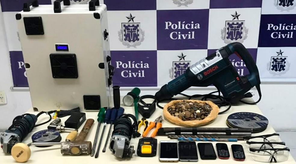 Material apreendido com criminosos presos por ataques a banco (Foto: Alberto Maraux/SSP-BA)
