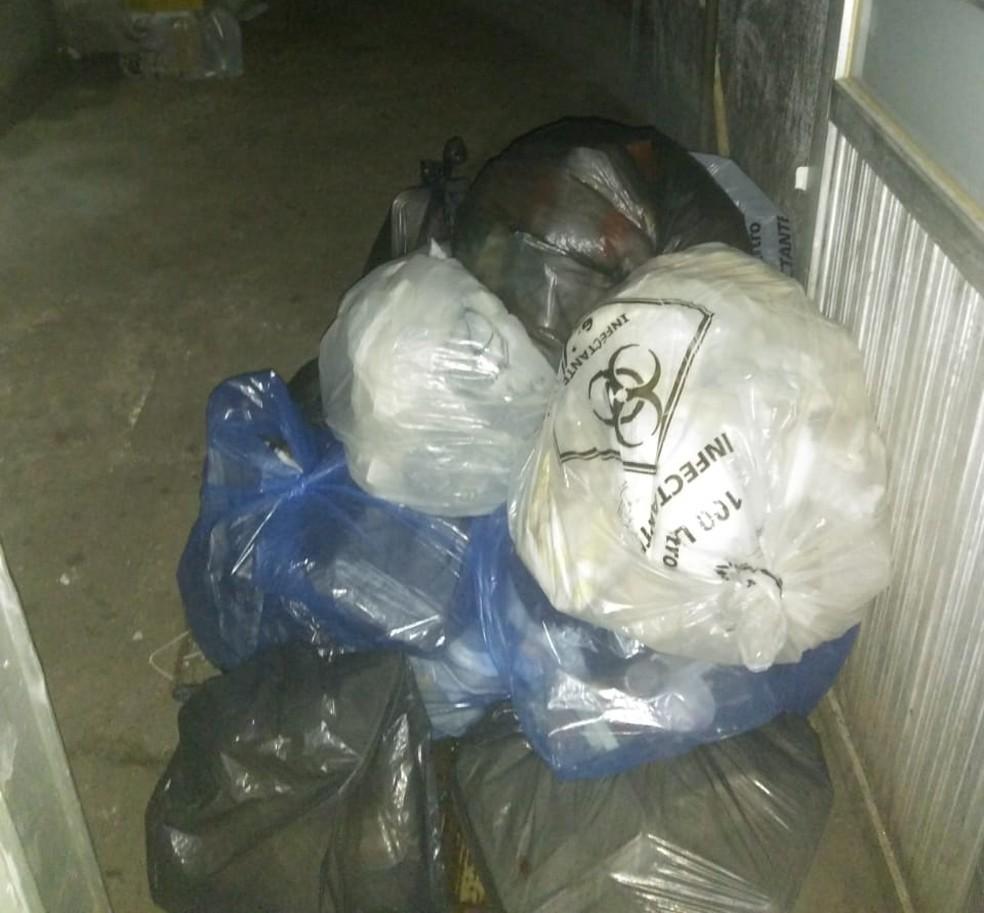 Lixo fica ao lado de corredor onde pacientes estão internados — Foto: Divulgação