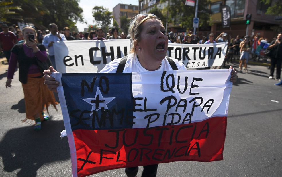 Manifestante protesta contra a visita do Papa Francisco ao Chile nos arredores do Parque O'Higgins, em Santiago, em janeiro — Foto: Eitan Abramovich/AFP