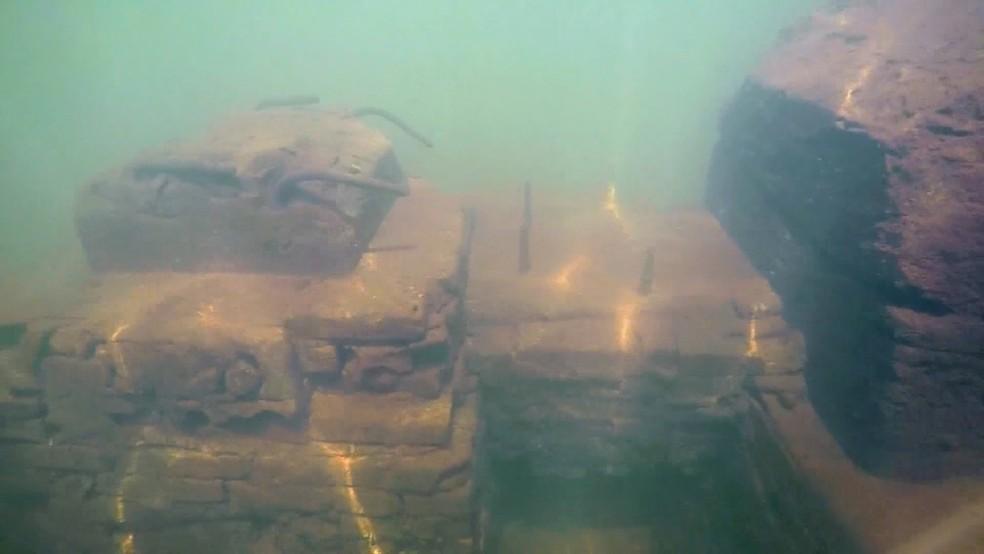 Restos de construções podem ser vistos embaixo d'água — Foto: Reprodução/Tv Tem