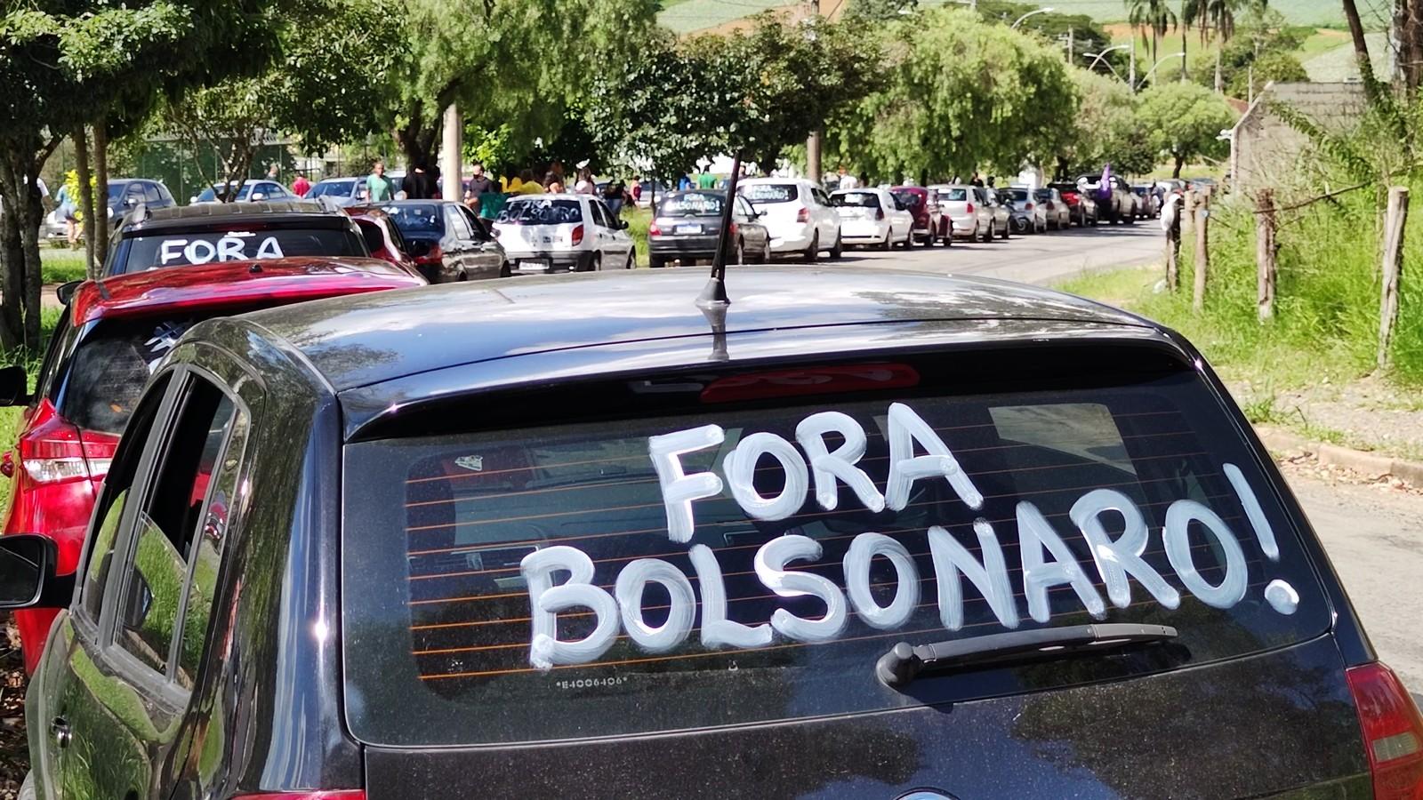 Manifestantes realizam ato contra Bolsonaro em Poços de Caldas, MG