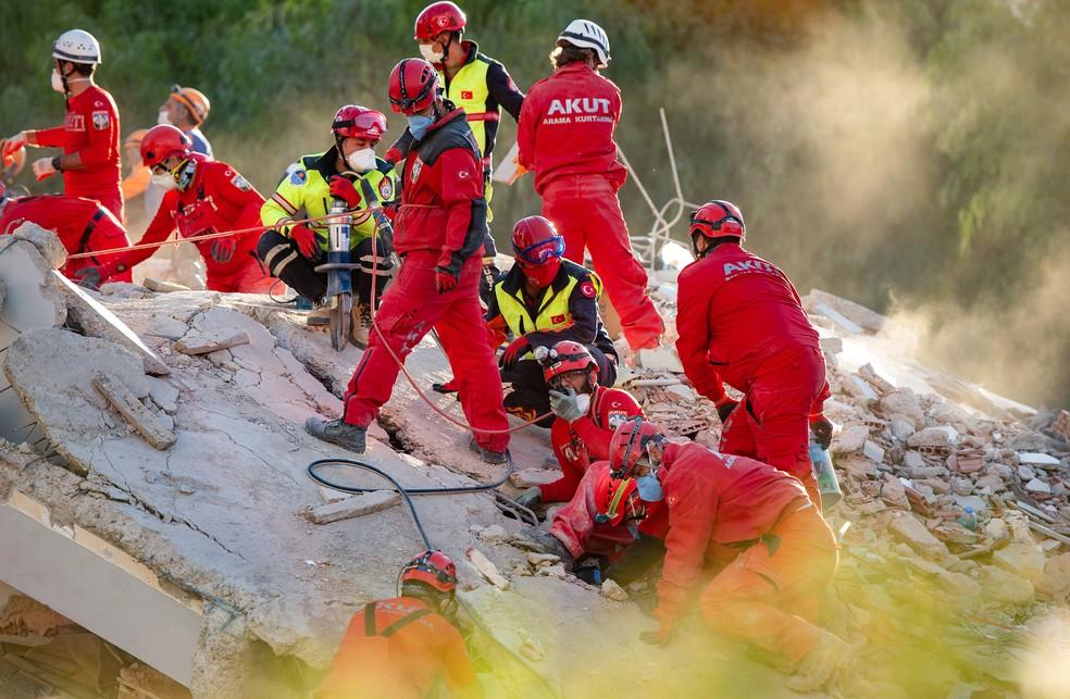 Equipes de resgate fazem buscas nos escombros de um prédio desabado em Izmir, na Turquia — Foto: Yasin Akgul/AFP