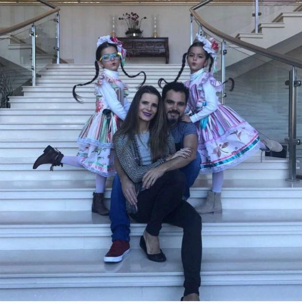 Luciano, ao lado da muher, Flávia, e das filhas em sua mansão (Foto: Instagram / Reprodução)