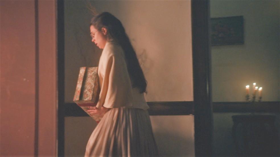 Dolores (Daphne Bozaski) foge de casa em 'Nos Tempos do Imperador' — Foto: Globo