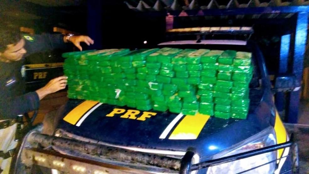 Dois homens são presos após serem flagrados transportando quase 100 Kg de maconha em carro na Bahia — Foto: Divulgação/PRF