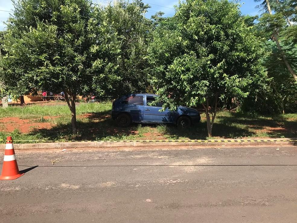 Homem foi encontrado morto dentro de carro em Tangará da Serra (MT) — Foto: Bruno Rogério