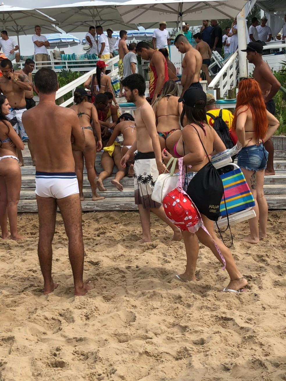 Mulher foi baleada na Praia da Reserva, na Zona Oeste do Rio (Foto: Reprodução/WhatsApp)