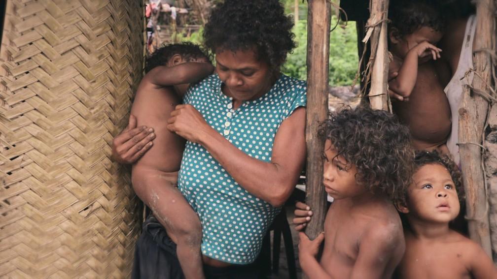 Mãe com os filhos - família vive em situação de extrema pobreza — Foto: Profissão Repórter