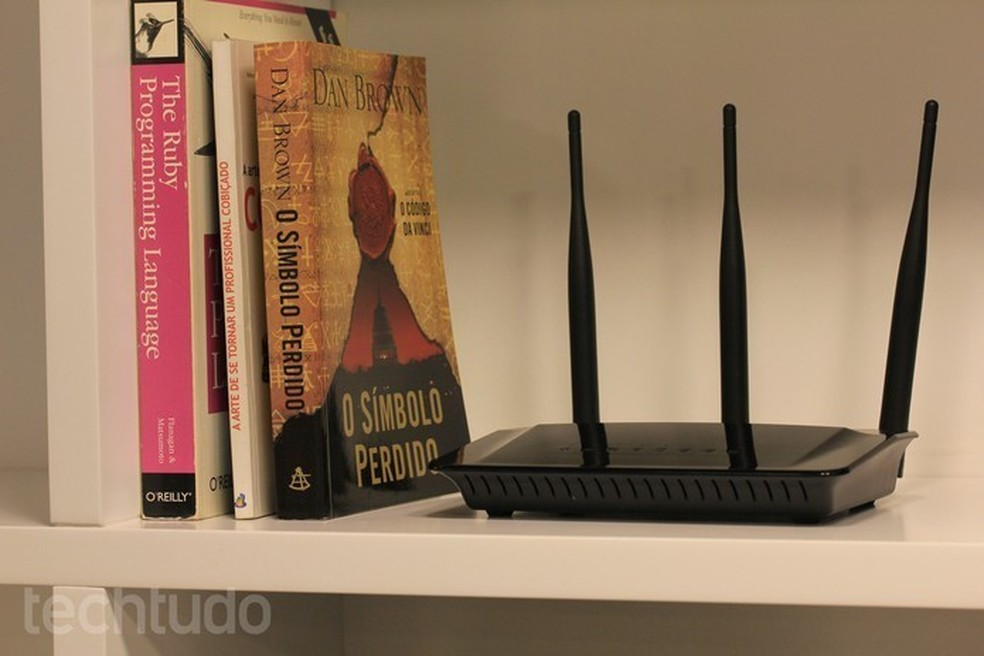 Manter o roteador em uma posição elevada favorece a distribuição do sinal — Foto: Lucas Mendes/TechTudo