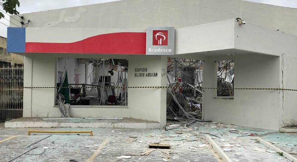 Agência foi atacada por criminosos durante a madrugada desta terça-feira (5), em Cariré. — Foto: Mateus Ferreira/SVM