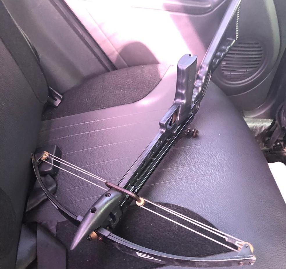 Entre o material apreendido está uma arma conhecido como besta ou balestra — Foto: Letícia Antunes/Inter TV