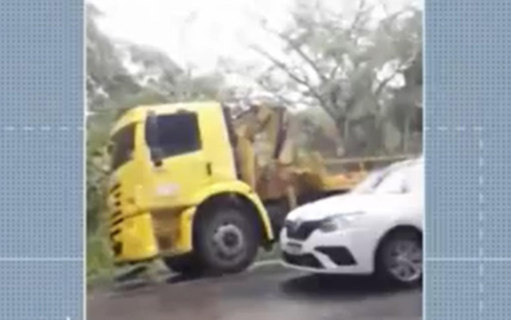Batida entre carro e caminhão deixa mortos e feridos graves em rodovia no sul da Bahia