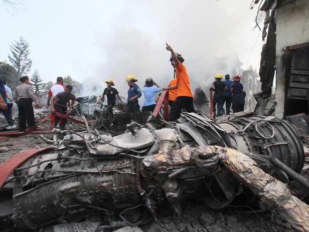 Destroços da aeronave (Foto: Gilbert Manullang / AP Photo)
