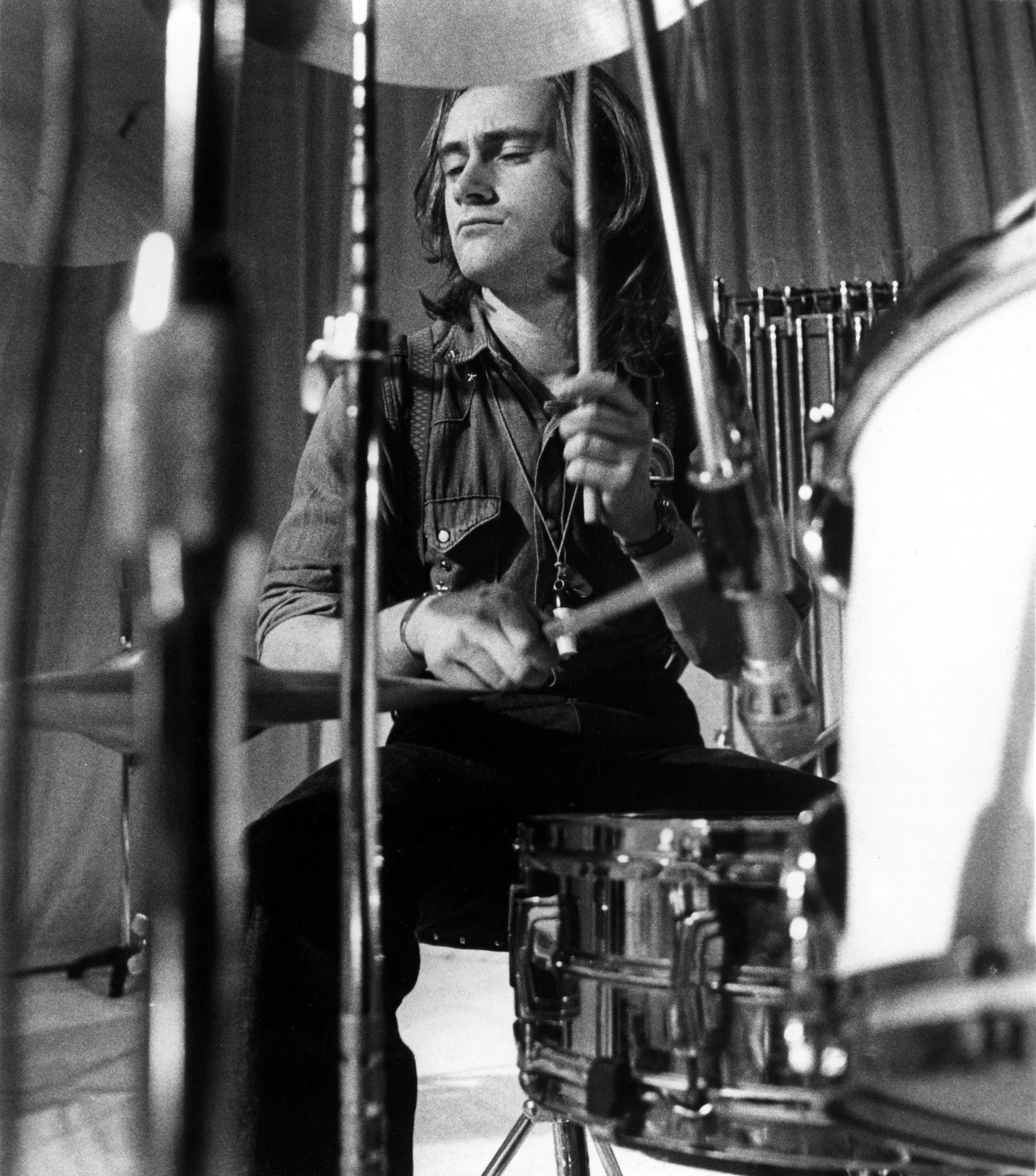 Phil Collins mandando ver na bateria em 1972 (Foto: Getty Images)