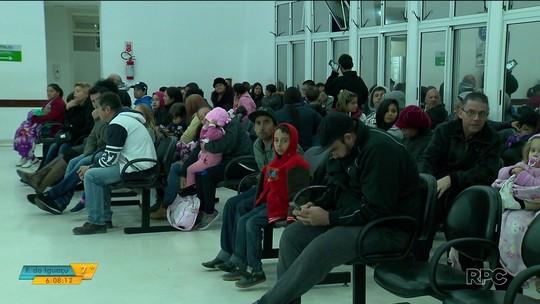 Pacientes dizem que esperam no frio por até oito horas para serem atendidos em UPA de São José dos Pinhais