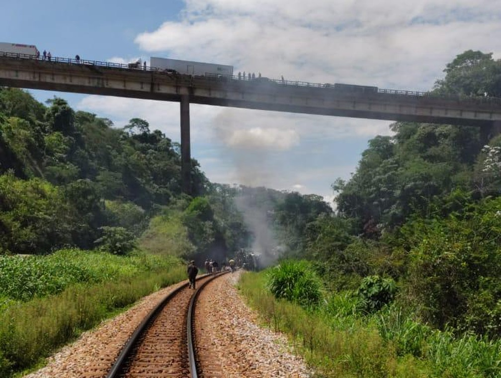 Do alto do viaduto, pessoas observam o local do acidente. Ônibus caiu de um altura de 15 metros sobre uma linha férrea — Foto: Reprodução