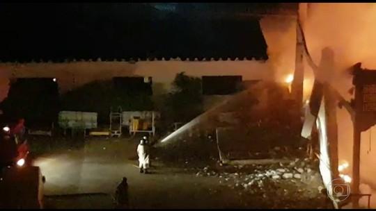 Incêndio destrói centro de distribuição dos Correios em Jacarepaguá
