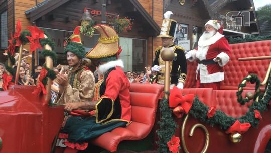 Parada de Natal desfila pelas ruas de Gramado e encanta crianças