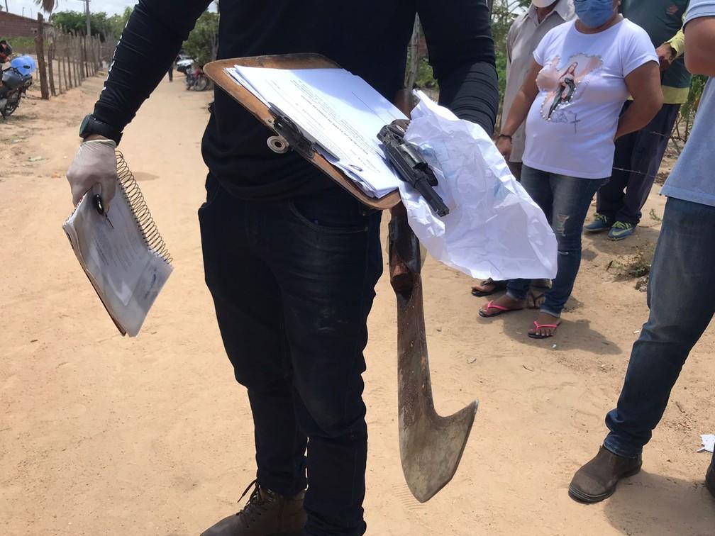 Policial mostra arma de fogo e foice usada pelo homem que matou cinco pessoas em Passa e Fica, RN — Foto: Ayrton Freire/Inter TV Cabugi