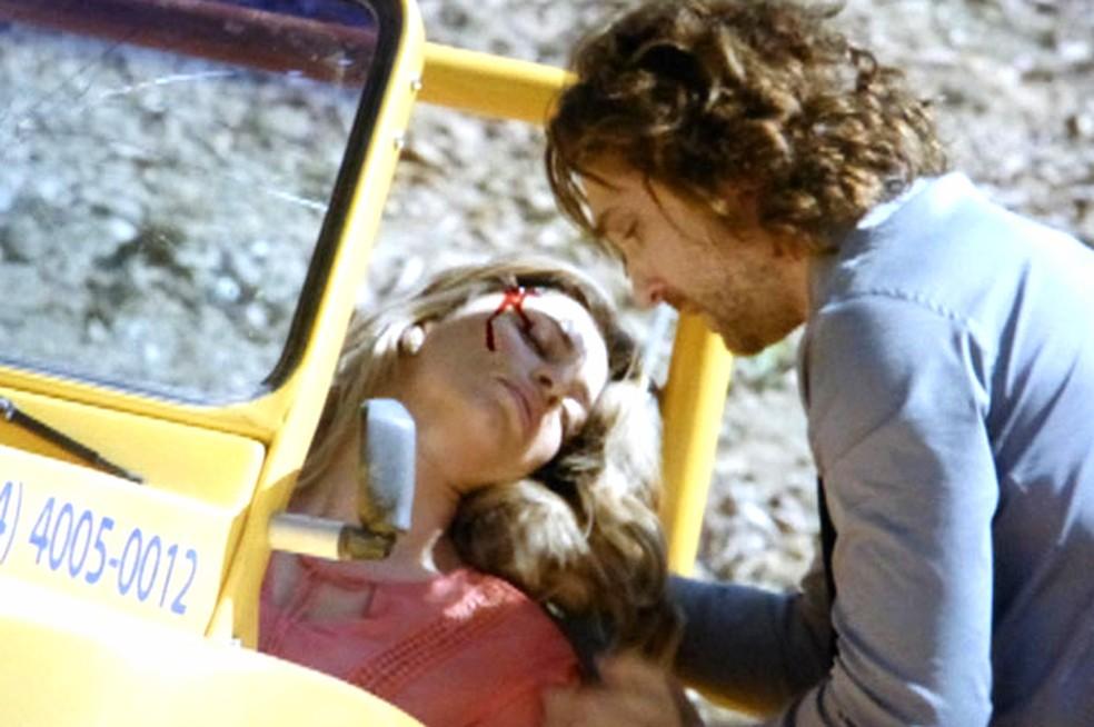 Ester (Grazi Massafera) se acidenta e Alberto (Igor Rickli) a socorre - 'Flor do Caribe' — Foto: Globo