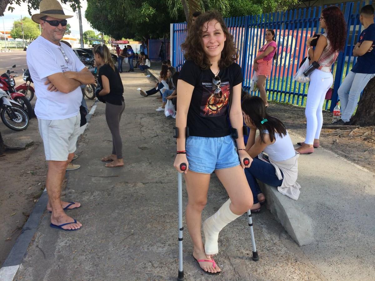 'O mais difícil foi subir as escadas', diz estudante de RR que quebrou a perna e fez 2ª prova do Enem de muletas