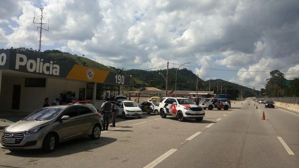 Policiais fizeram bloqueio em frente ao posto rodoviário em Jambeiro (Foto: Divulgação/PRE)