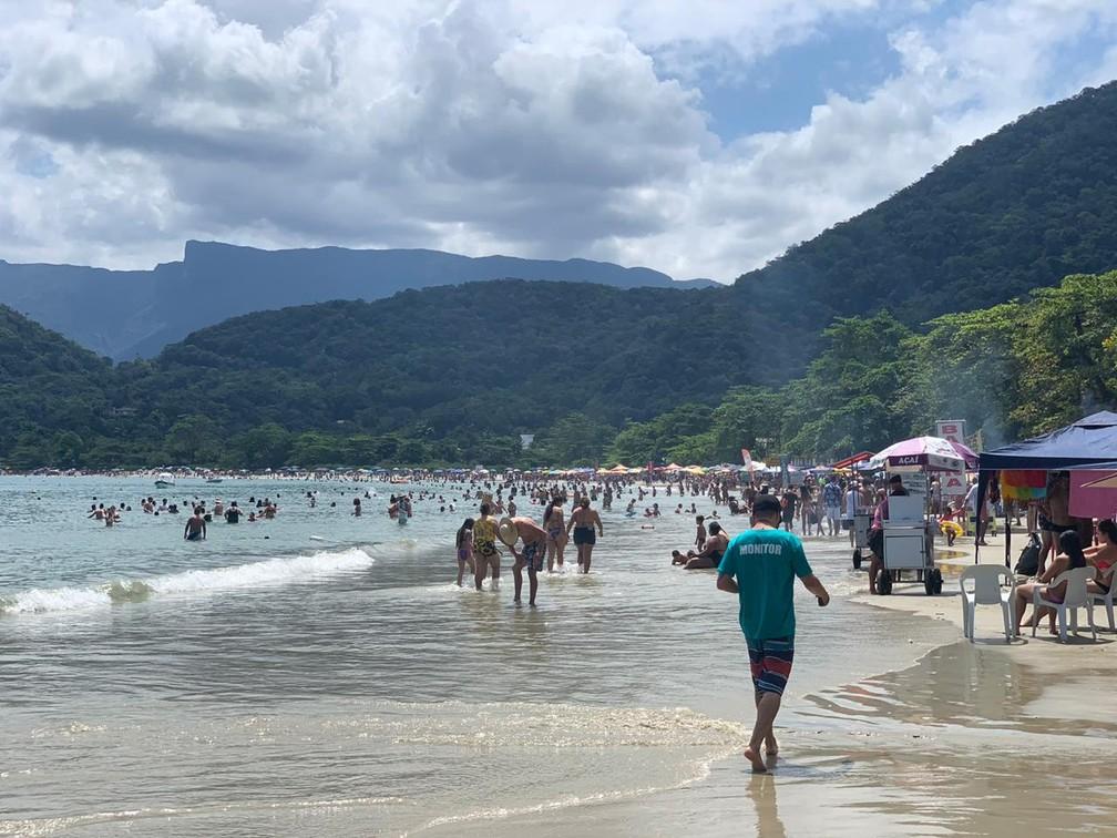 Turistas lotam praias de Ubatuba e ignoram uso de máscaras — Foto: João Mota/TV Vanguarda