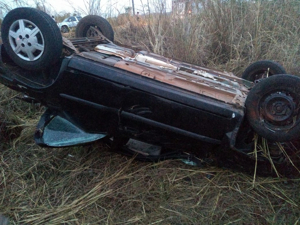 Carro ficou tombado fora de rodovia — Foto: Bombeiros/Divulgação