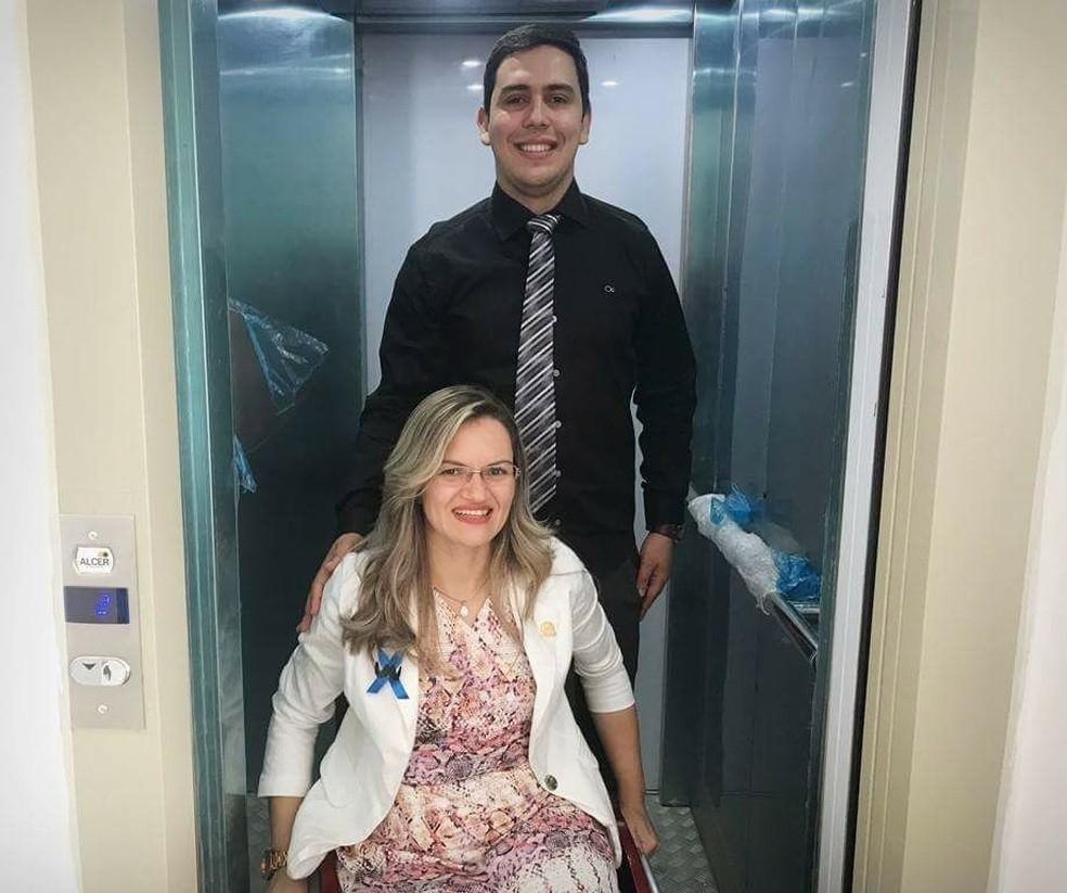 Fernanda com o presidente da Câmara de Guaíba, Dr. Renan Pereira, no elevador acessível instalado para que ela pudesse ir ao plenário (Foto: Divulgação)