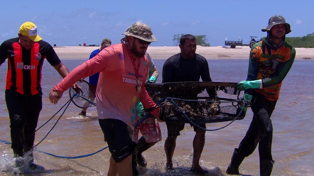 Caixas vazadas são usadas para remover óleo de estuário de rio em Tamandaré — Foto: Reprodução/TV Globo