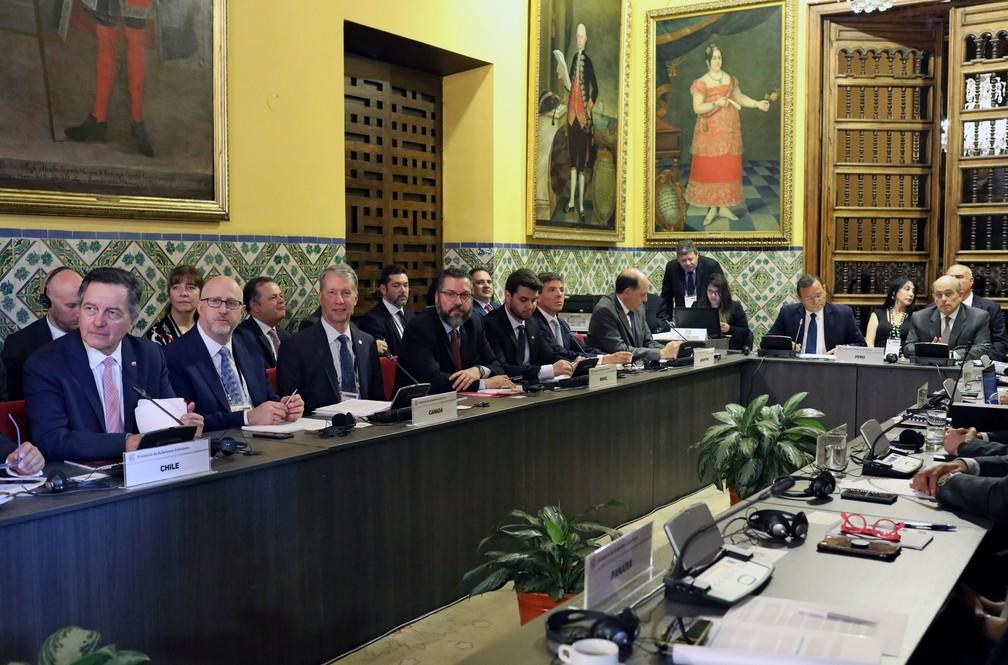 Reunião do Grupo de Lima, com o chanceler brasileiro, Ernesto Araújo (de barba e óculos), entre os demais ministros presentes, nesta sexta (4) — Foto: Reuters/Mariana Bazo