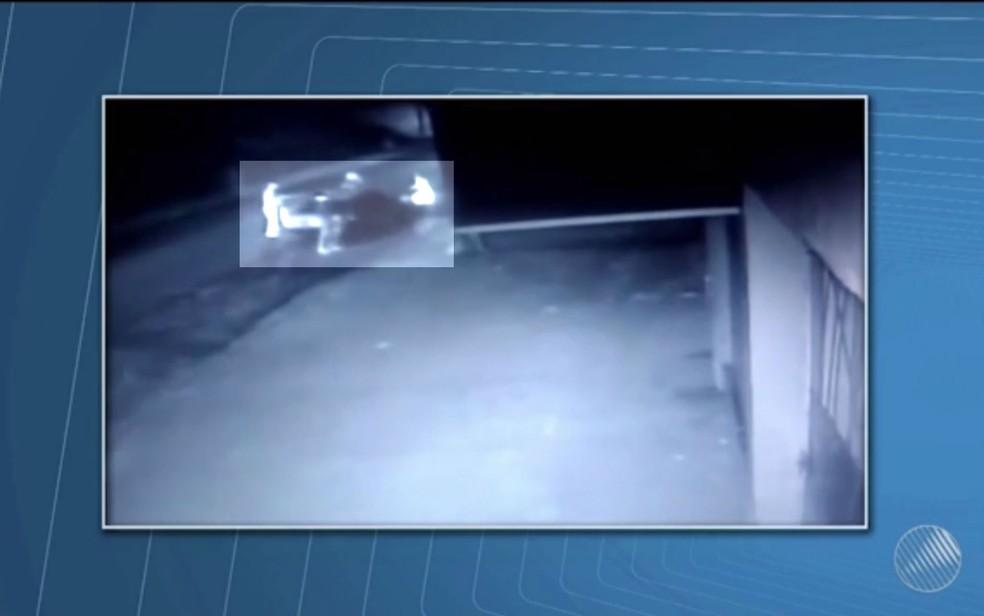 Vídeo mostra momento em que vítimas são agredidas  (Foto: Reprodução/TV Santa Cruz)