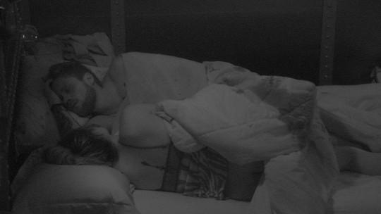 Paula e Breno dividem cama depois da Festa Pop 80