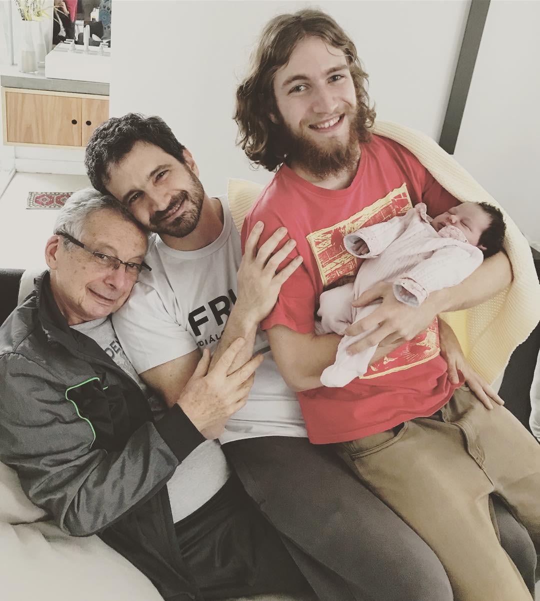 Caco Ciocler com o pai, o filho e a netinha (Foto: Reprodução/Instagram)