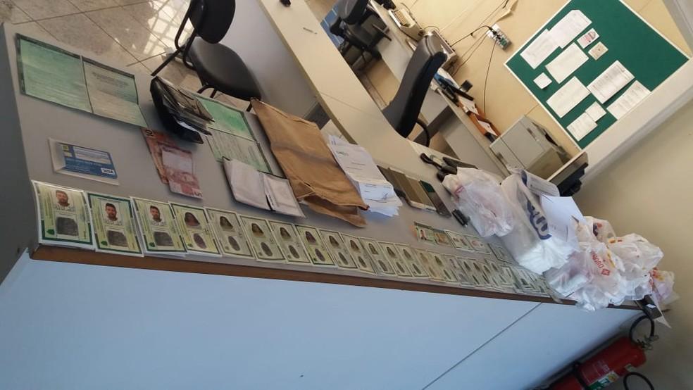 Homem de Piratininga e mulher de Bauru foram presos com um total de 35 RGs falsificados — Foto: GCM Botucatu/Divulgação