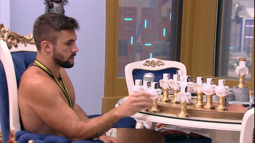 Arthur analisa possíveis votos para a formação do Paredão deste domingo, no BBB21 — Foto: Globo